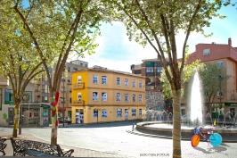 Foto Pedro Mari, Plaza del Oeste, al fondo edificio Mirador y Diáspora, los árboles forrados, y la bici.