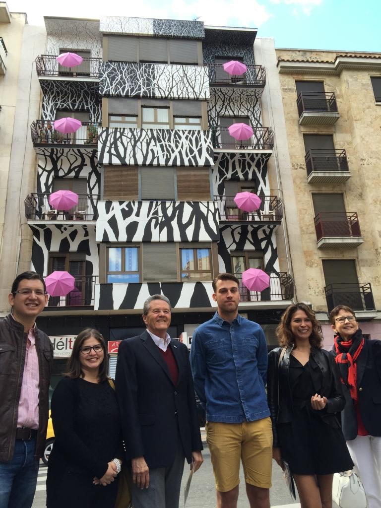Norman García posa frente al edificio ´Nido´con sus acompañantes durante la visita guiada a la Galería Urbana.