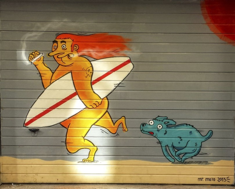 Surfero gordo fumándose un clavel, por Miguel Mateo Sánchez