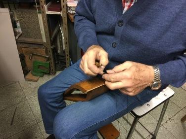 Miguel Mangas cosiendo a mano