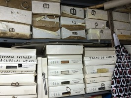 Cajas almacenadas con material