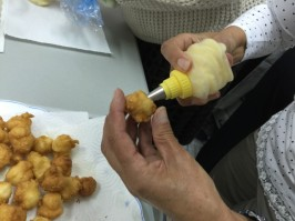 Rellenando los buñuelos