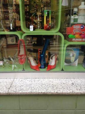 Escaparate de Ananda Grow Shop ¡Zapatos Rojos!