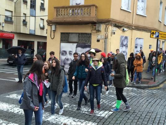 Los alumnos llegan a la Plaza del Oeste