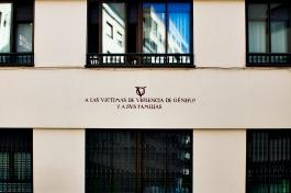 A las victimas de violencia de género y a sus familias. Calle Fray Luis de Granada 12