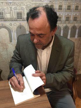 Iván Robledo firmando ejemplares de sus novelas